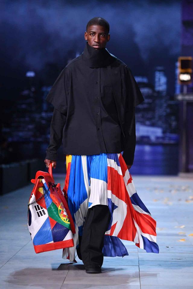 画像: Louis Vuittonのファッションショーでは、パンツの上にロングスカートを履くモデルが登場。
