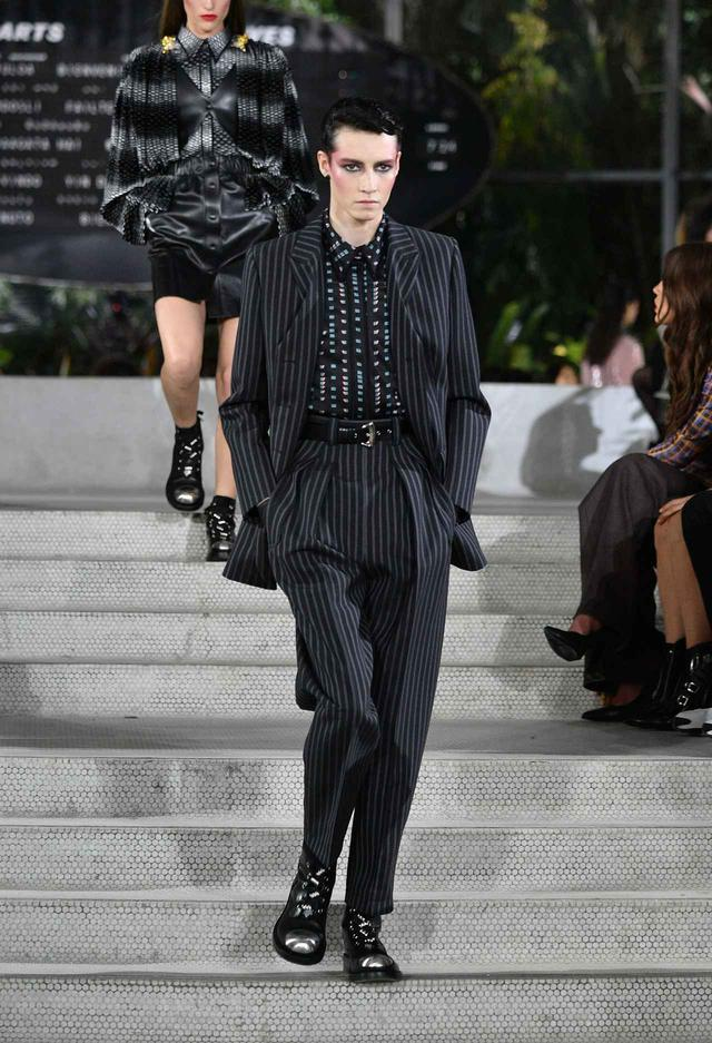 画像: Louis Vuittonのウィメンズ2020年クルーズコレクションで発表されたルック。