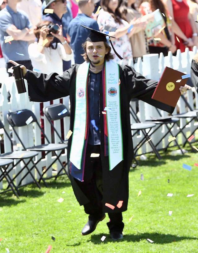 画像2: プリンスが大学卒業