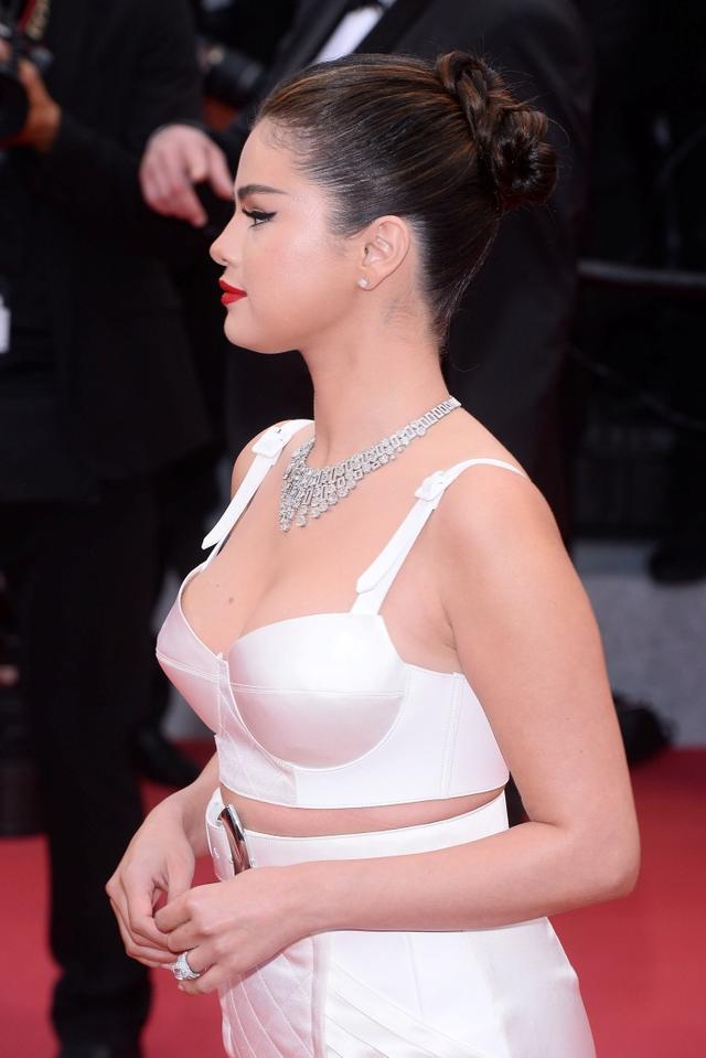 画像: 胸元にはブルガリ(BVLGARI)のダイヤモンドネックレスがキラリ。