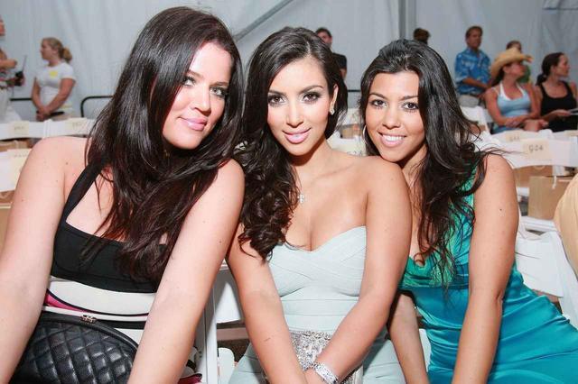 画像: リアリティ番組『カーダシアン家のお騒がせライフ』で知名度を高めた3姉妹のクロエ・カーダシアン(左)、キム・カーダシアン(中央)、コートニー・カーダシアン(右)