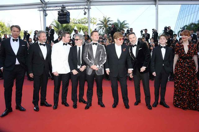 画像: カンヌ国際映画祭、エルトン・ジョンの足元に現れた人影の正体は…