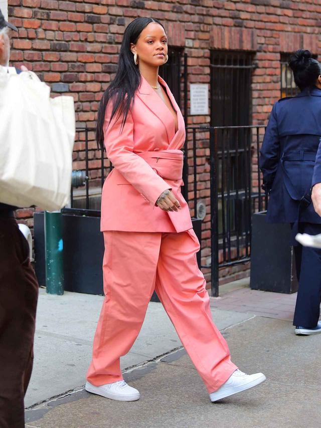 画像: リアーナがインスタグラムで公開したスーツの色違い。