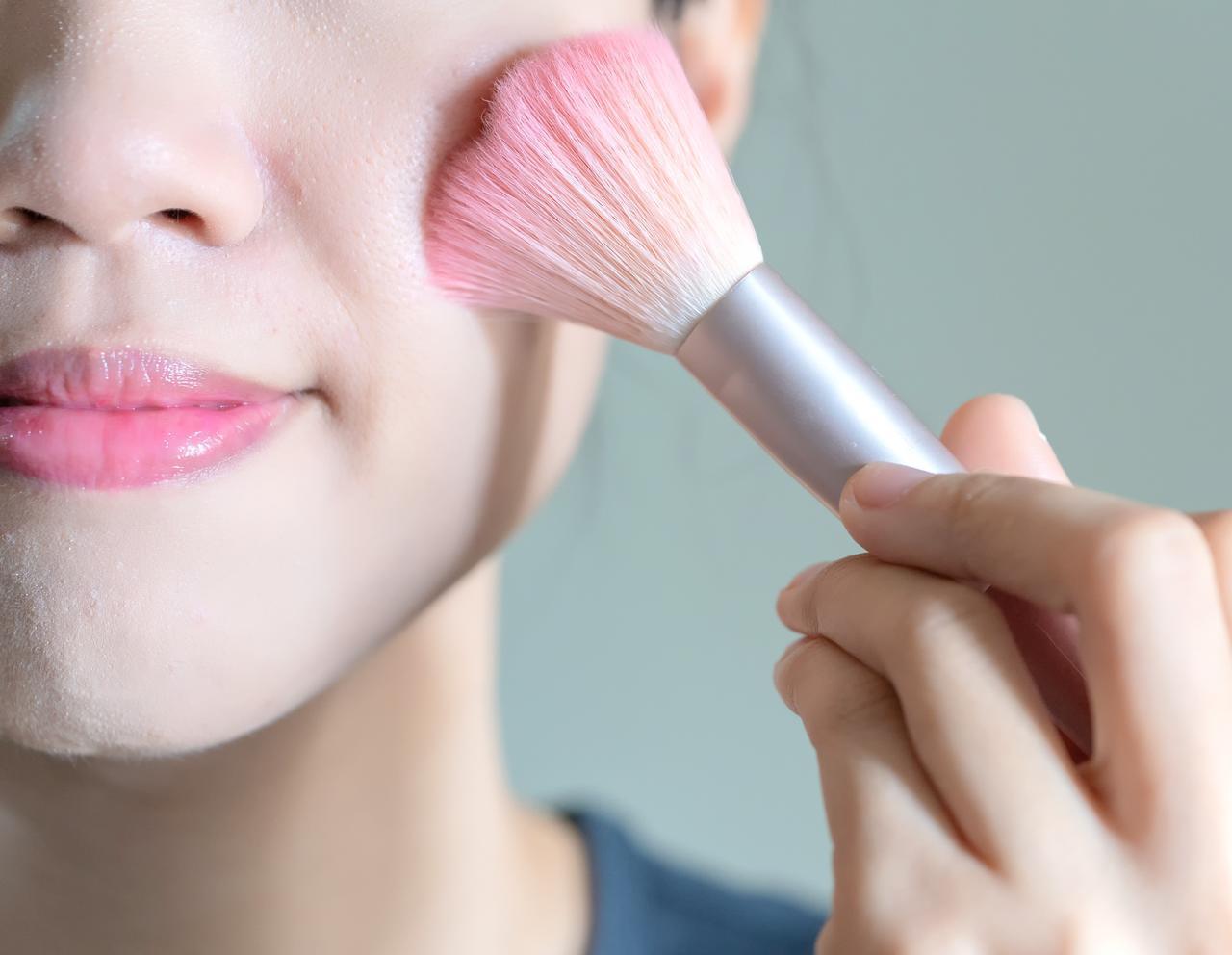 画像3: 顔を自然にスッキリと見せるチークのつけ方