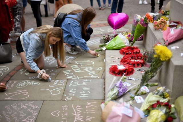 画像: 被害者たちへのメッセージを綴る来場者たち。