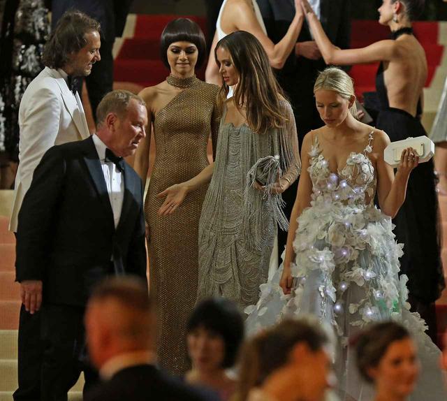 画像: ゼンデイヤと一緒にいるのは、一緒に出席したデザイナーのマイケル・コースとモデルのカロリナ・クルコヴァ。