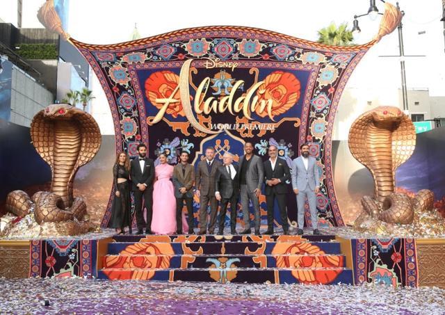 画像: キャストやスタッフが魔法のじゅうたんを象った巨大パネルの前で記念撮影。