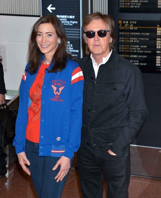 画像: 4.来日時、妻ナンシーのジャケットに注目