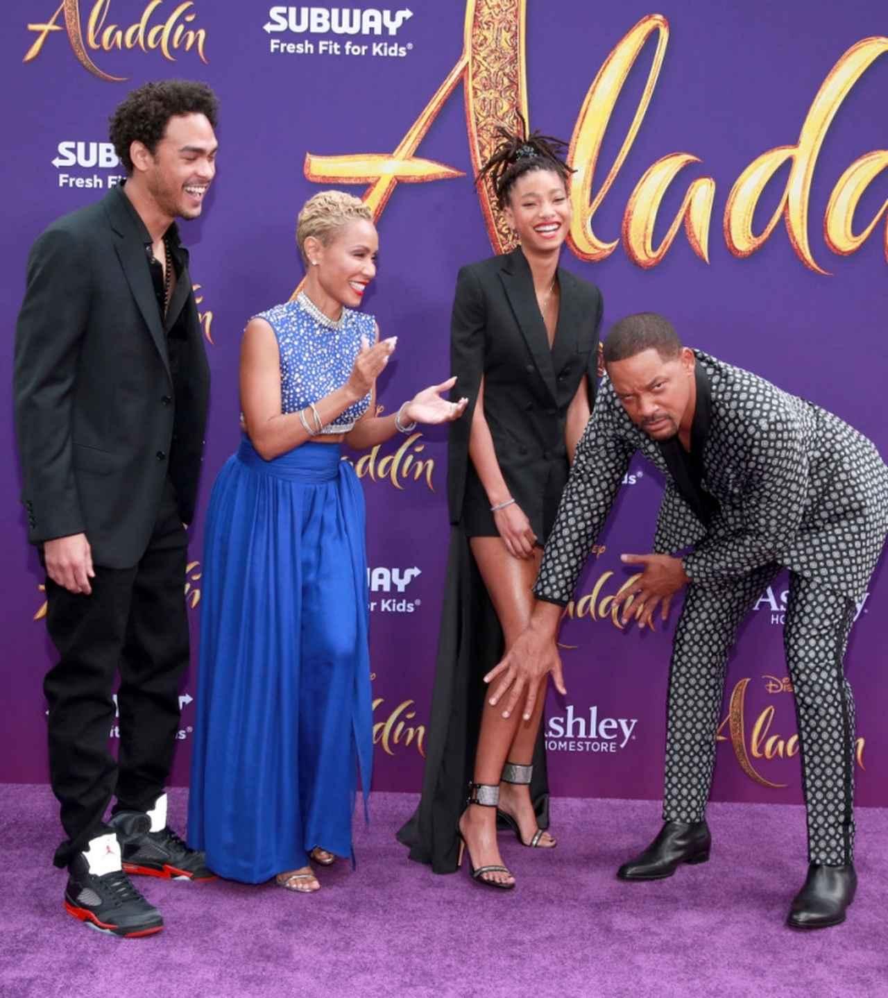 画像: ウィルがふざけて娘ウィローの美脚を報道陣から隠すお茶目な場面も。