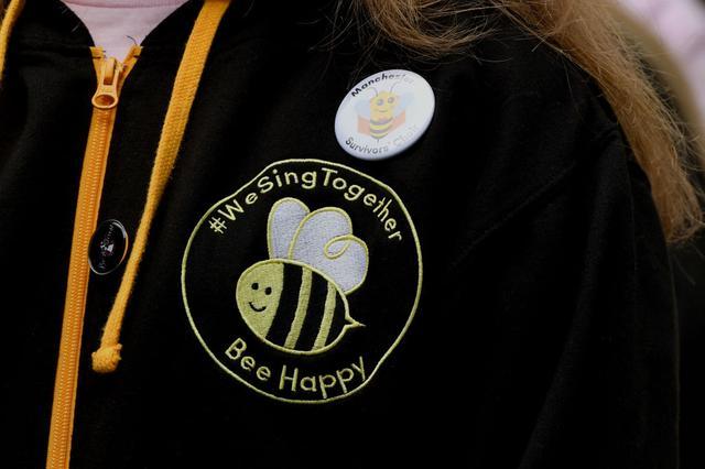 画像: 蜂のモチーフを身に着けてイベントを訪れた参加者も多数。