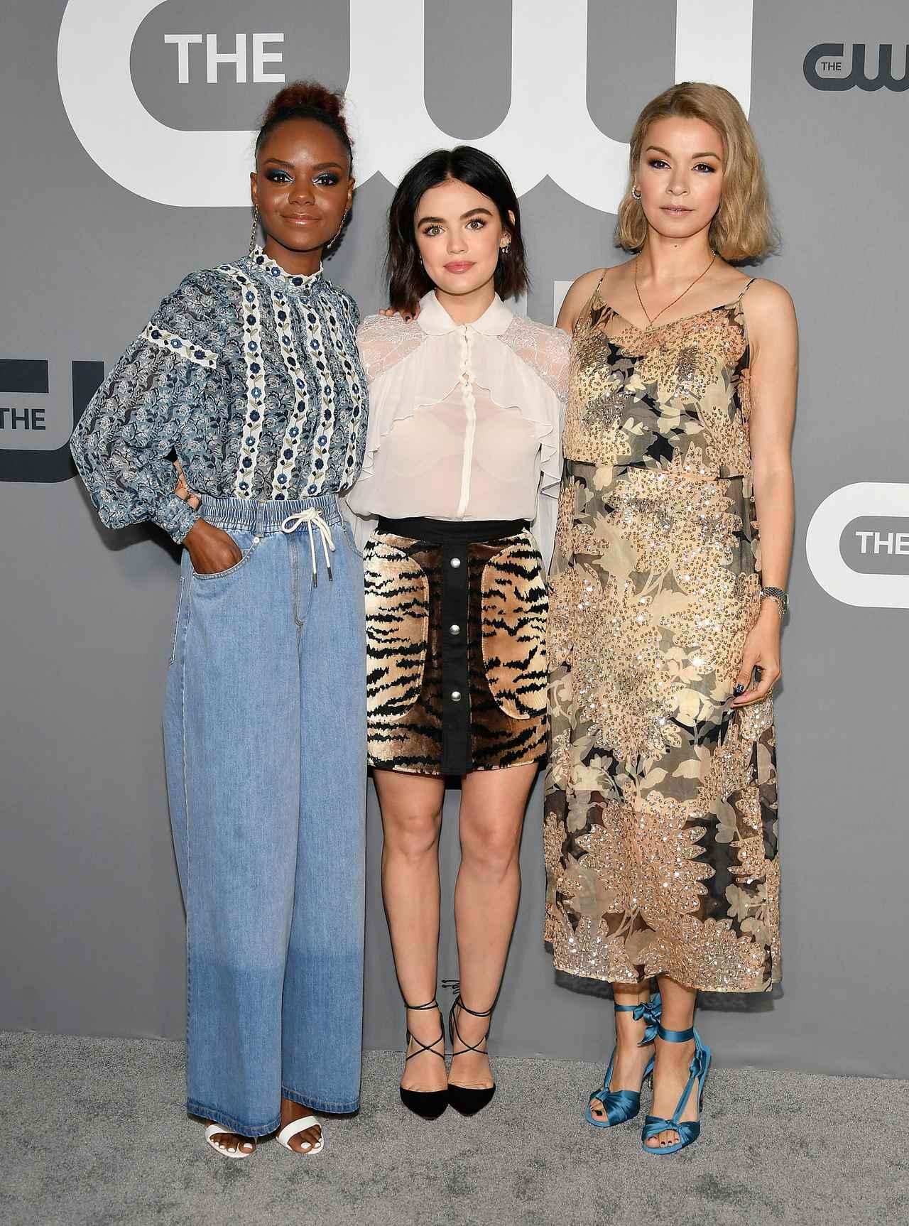 画像: メインキャストのルーシー・ヘイル(中央)、アシュリー・マレー(左)、ジュリア・チャン(右)が、2019 CW Network Upfrontに登場。