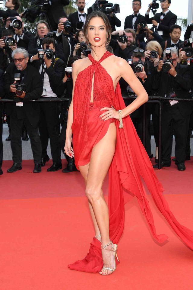 画像1: アレッサンドラ・アンブロジオ、「脚のつけ根」まで見えるドレスにハラハラ