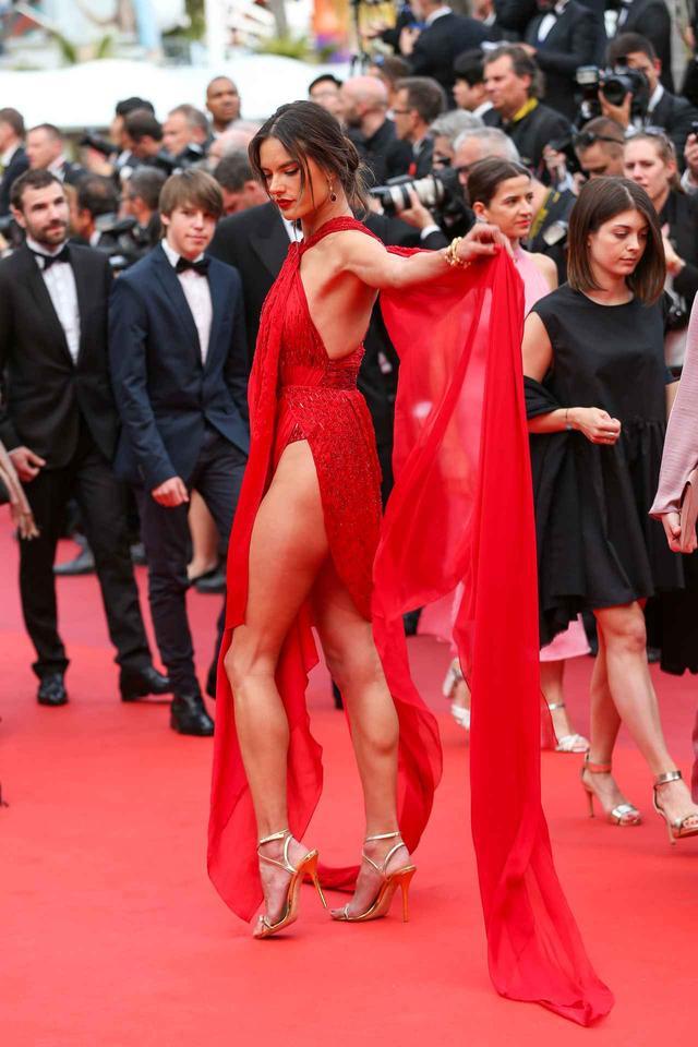 画像3: アレッサンドラ・アンブロジオ、「脚のつけ根」まで見えるドレスにハラハラ