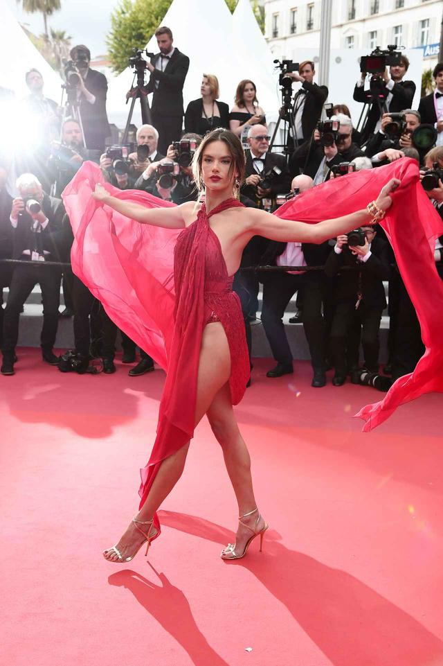 画像5: アレッサンドラ・アンブロジオ、「脚のつけ根」まで見えるドレスにハラハラ