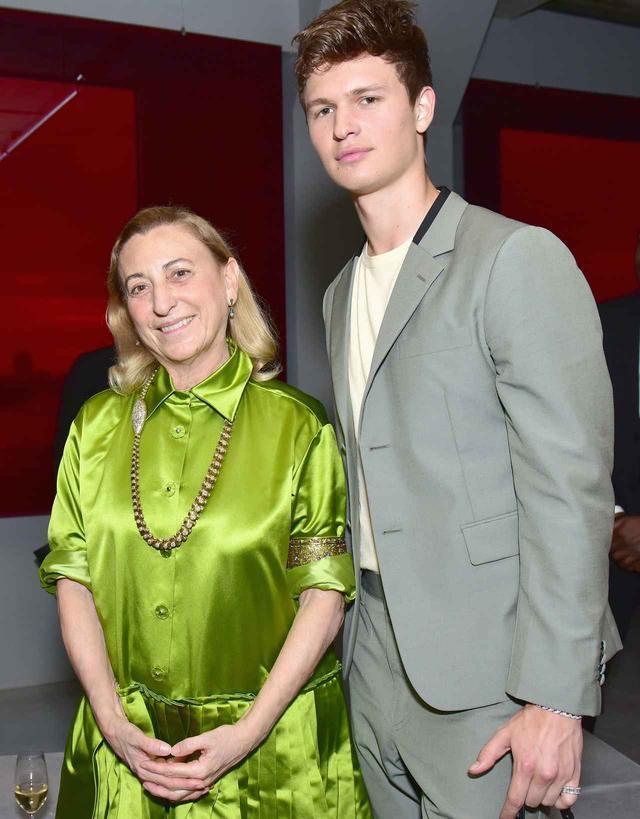 画像: 左からミウッチャ・プラダと俳優のアンセル・エルゴート。