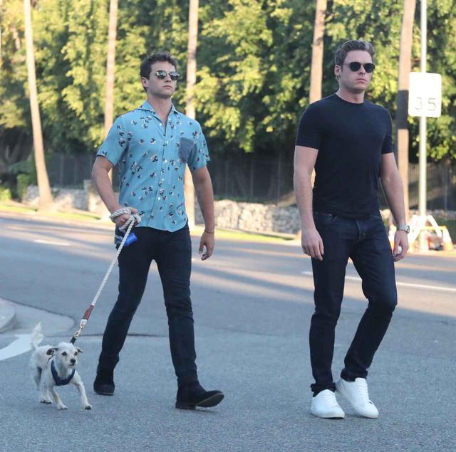 画像: ロサンゼルス市内で一緒に犬の散歩をするブランドン(左)とリチャード(右)。