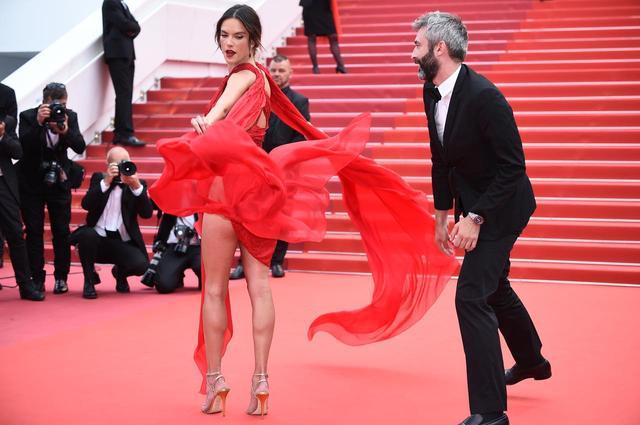 画像6: アレッサンドラ・アンブロジオ、「脚のつけ根」まで見えるドレスにハラハラ
