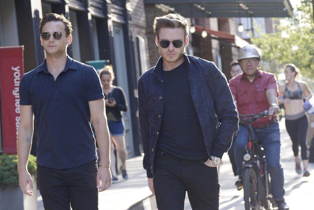画像: 食事へと出かけるブランドン(左)とリチャード(右)。