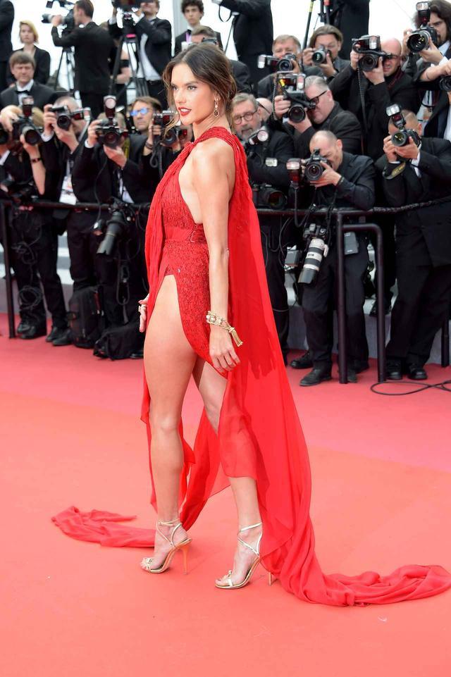 画像4: アレッサンドラ・アンブロジオ、「脚のつけ根」まで見えるドレスにハラハラ