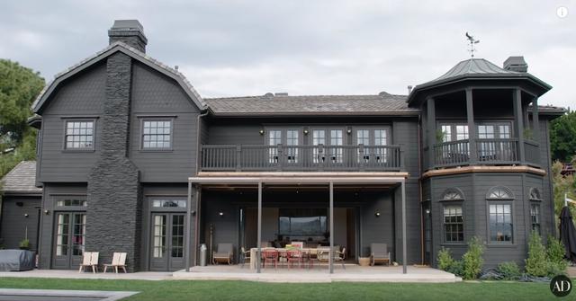 画像: ジェシカ宅の外観。©Architectural Digest/ YouTube