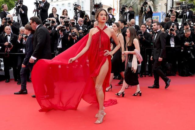 画像2: アレッサンドラ・アンブロジオ、「脚のつけ根」まで見えるドレスにハラハラ