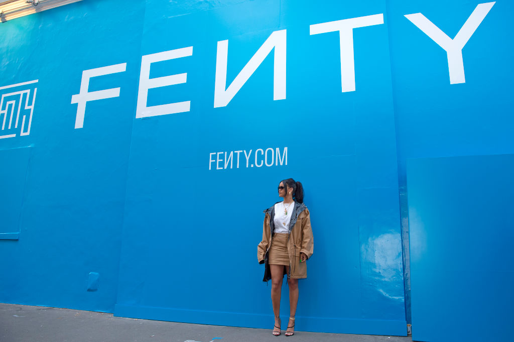 画像: フランス・パリにオープンした「FENTY」のポップアップ・ブティックの前でポーズを取るリアーナ。