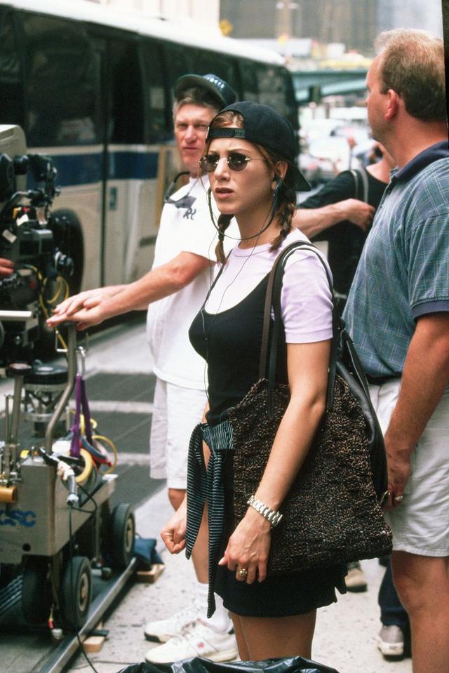 画像: 映画『ピクチャー・パーフェクト/彼女が彼に決めた理由』でのジェニファー。小物のサングラスまでそっくり。