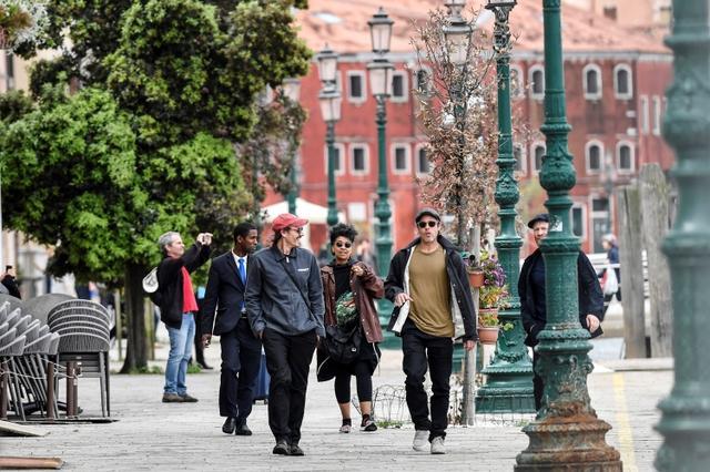 画像: ヴェネツィアの街を観光中のブラッド。