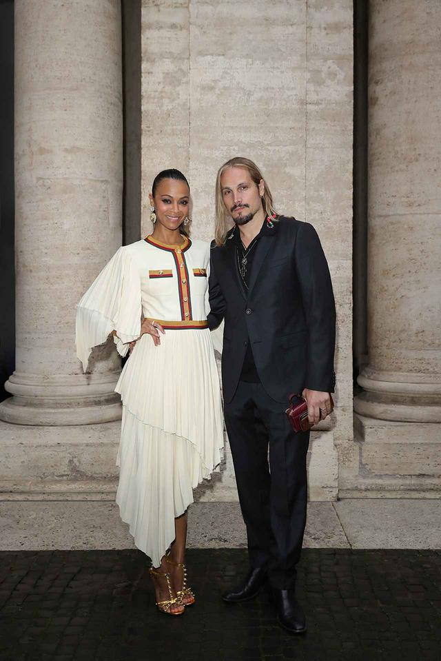 画像: 左からゾーイ・サルダナと夫のマルコ・プレゴ。