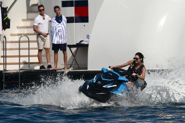 画像5: ケンダル・ジェンナー、ジェットスキーで爆走している姿がかっこいい