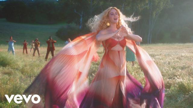 画像: ケイティ・ペリー、新曲「Never Really Over」のMVでは大草原で大はしゃぎ