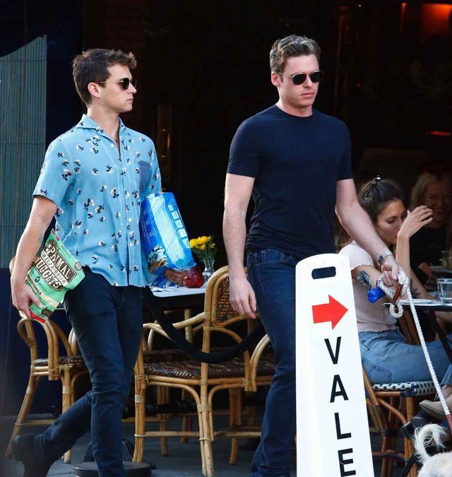 画像: ブランドンの愛犬チャーリーを一緒に散歩させる、ブランドン(左)とリチャード(右)。