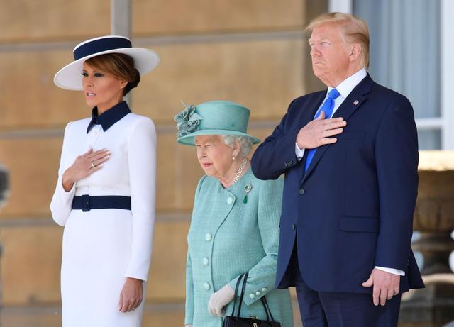画像: バッキンガム宮殿でエリザベス女王らと面会するトランプ大統領。