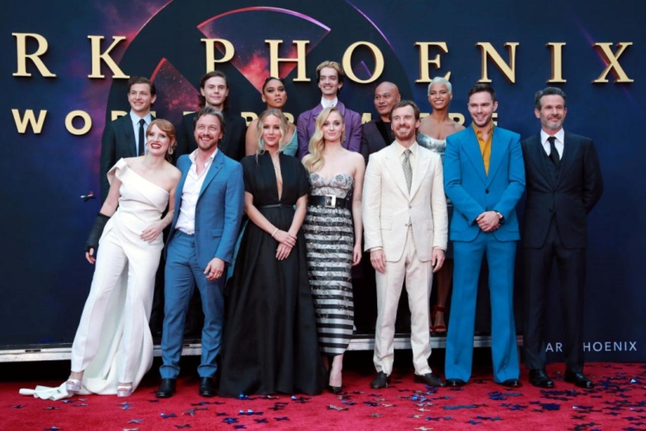 画像: 『X-MEN:ダーク・フェニックス』のキャストたちとの集合写真。