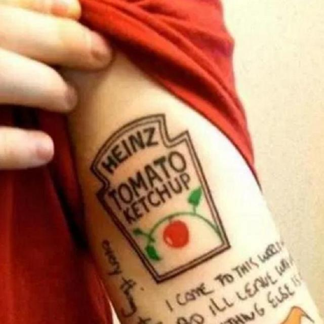 画像: エドの腕にあるハインツのケチャップのタトゥー