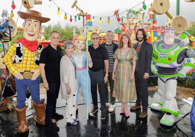 画像: 左からウッディ、ウッディ役のトム・ハンクス、ボー役のアニー・ポッツ、ボー、バズ役のティム・アレン、新キャラのフォーキー役のトニー・ヘイル、同じく新キャラの女の子の人形ギャビ―・ギャビー役のクリスティーナ・ヘンドリックス、バズ。