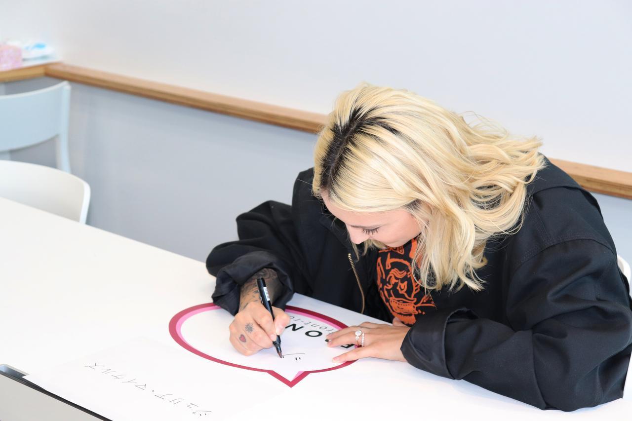 画像1: 直筆サインをプレゼント