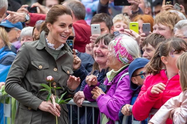画像: 見地の人々の熱烈な歓迎を受けるキャサリン妃。