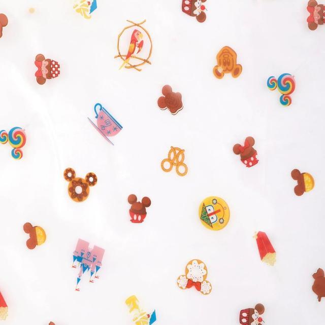 画像: レインコートの柄はズームインするとこんな感じ。 www.shopdisney.com