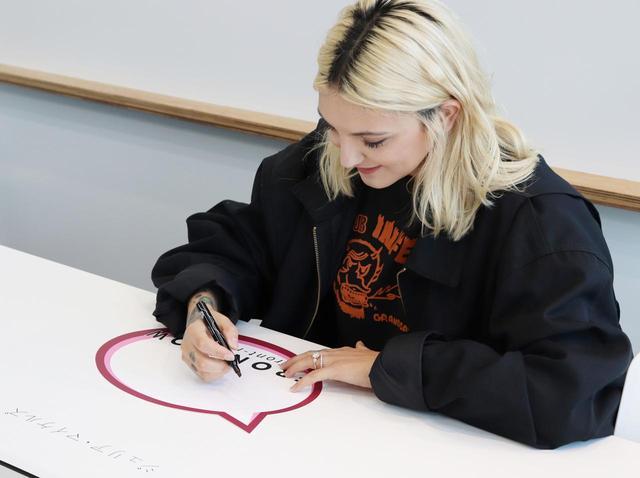 画像: 直筆サインをプレゼント