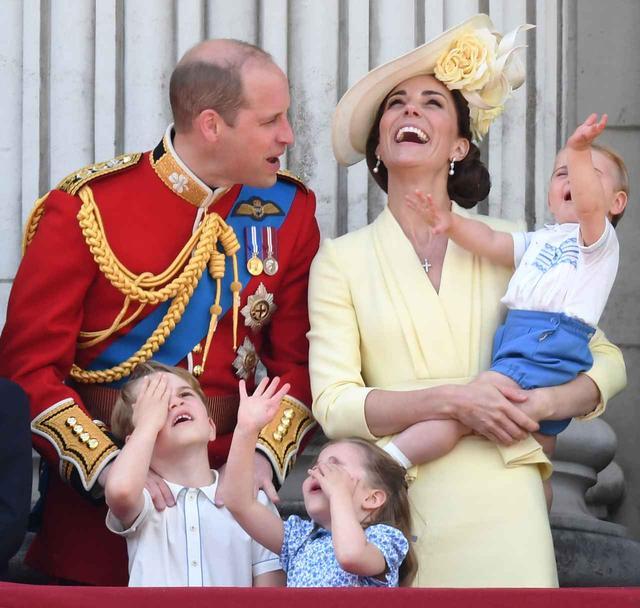 画像3: ジョージ王子、飛行機が好きすぎて「あるもの」を奪う