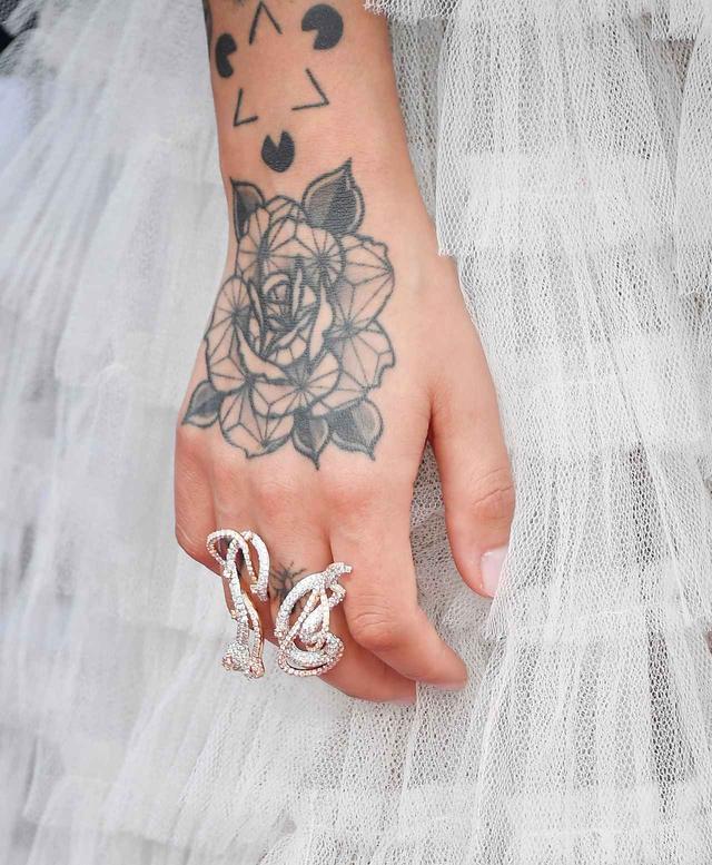 画像2: ジュリア・マイケルズ、天才ソングライターのタトゥーに込められた深い意味