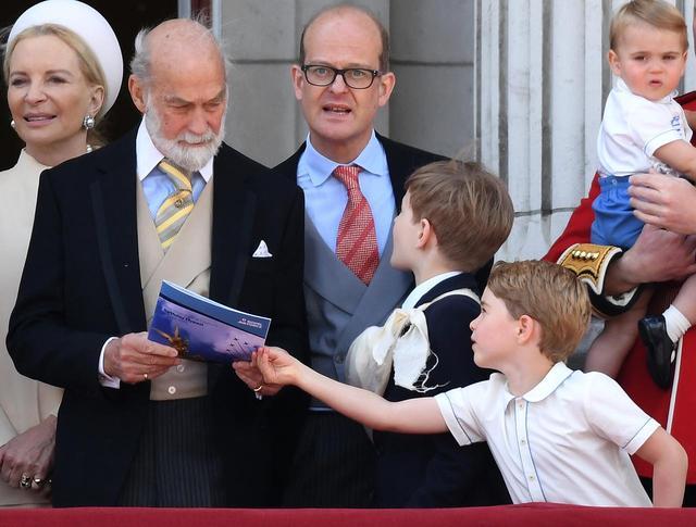 画像5: ジョージ王子、飛行機が好きすぎて「あるもの」を奪う