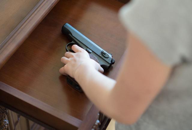 画像1: 銃を使った「プレイ」をしていたカップル、彼氏が彼女を誤って射殺
