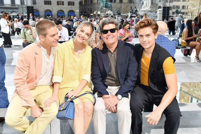 画像: 左からディラン、バーバラ、父マシュー、コール。ちなみに、ディランとコールはディズニー・チャンネルのドラマ『スイート・ライフ』シリーズで子役として大ブレイク。