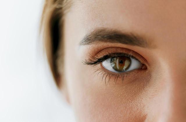 画像1: 「眉が浮いている」失敗を防ぐ、カラーヘアのときの「眉色選び」テク