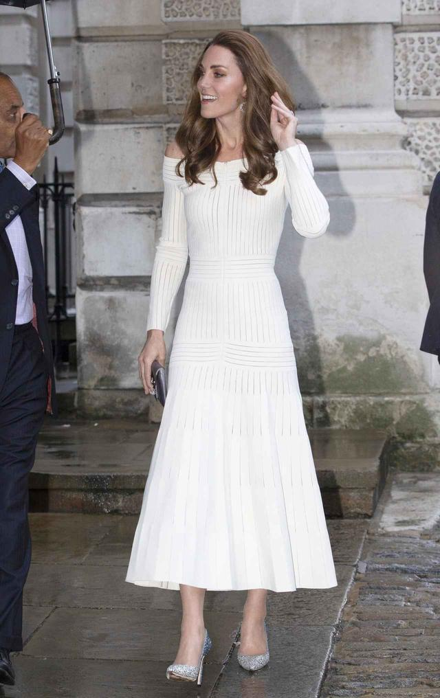画像: キャサリン妃は普段ヌードカラーなど落ち着いた色のパンプスを選ぶことが多い。