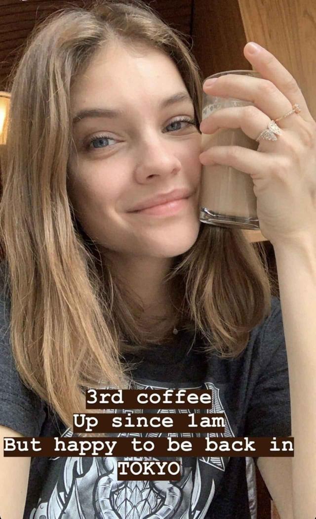 画像: バーバラは自身のインスタグラムのストーリーで時差ボケに苦しんでいることを明かすも、「東京に戻ってこられてハッピー」とコメント。 ©Barbara Palvin/Instagram