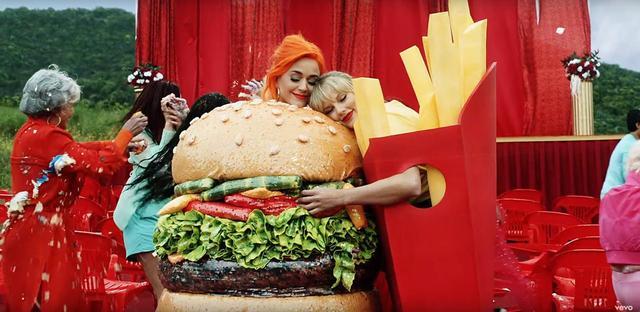 画像: 13.ケイティ・ペリーのハンバーガー