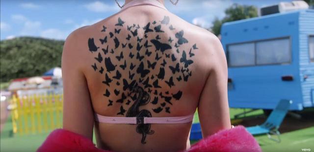 画像: 5.蝶と蛇のタトゥー